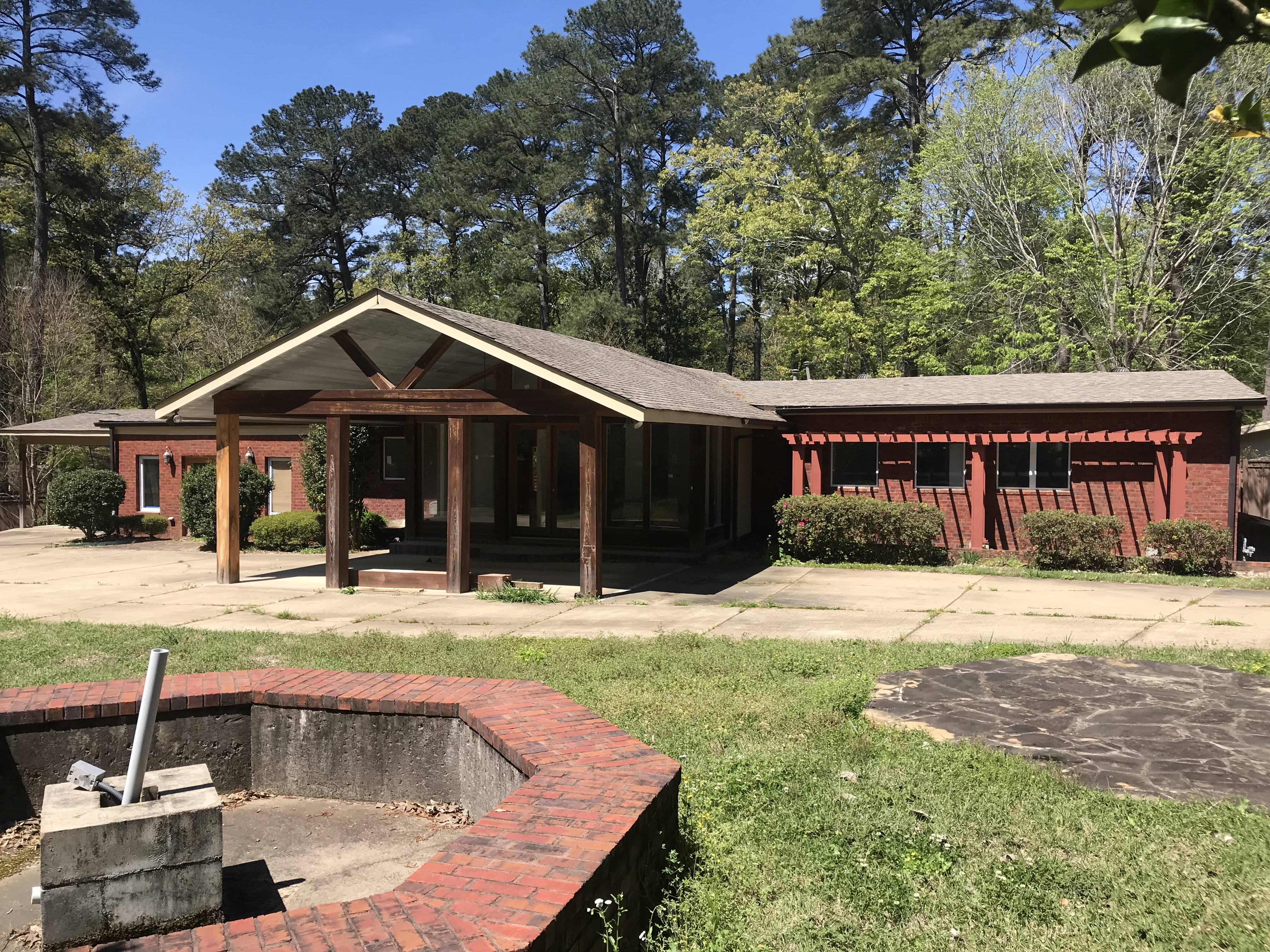 Ranch house in Mississippi needing curb appeal